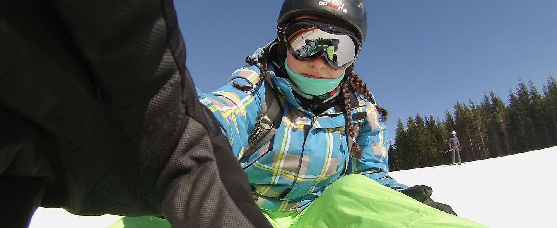 Snowboardkjører sitter i bakken