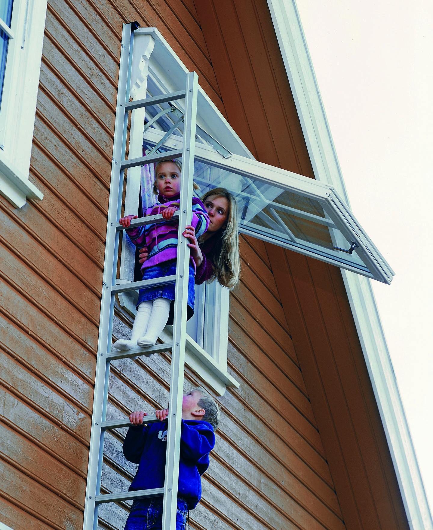 Familie tester brannstige på utsiden av hus