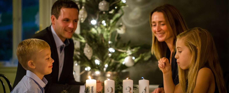 Familie tenner lys i adventstiden