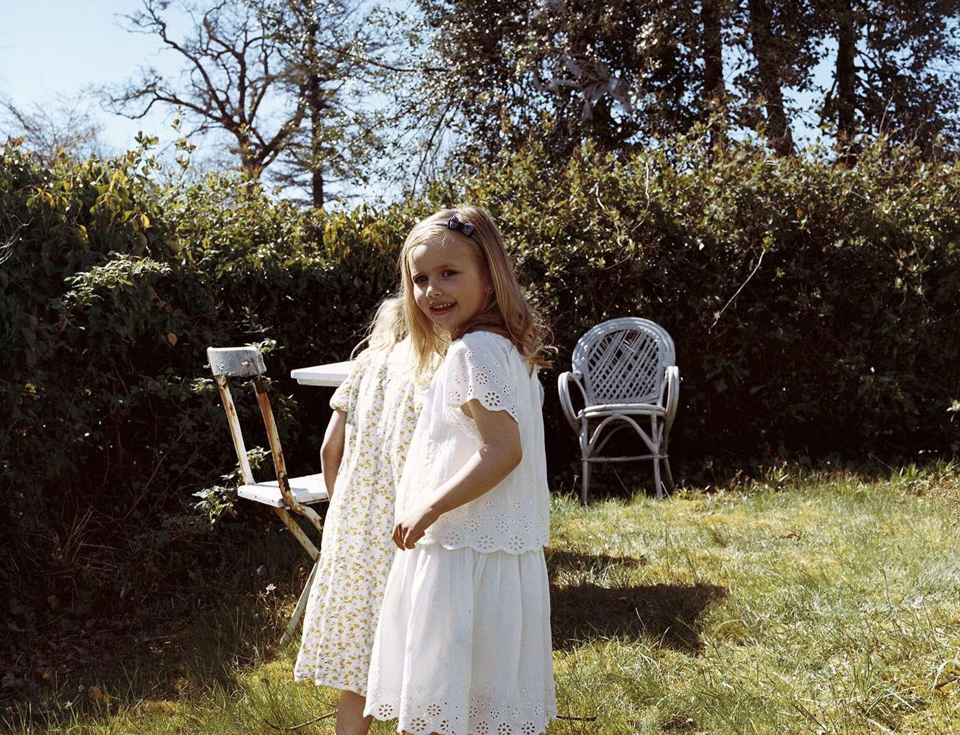 Barn som leker i hagen. Foto.