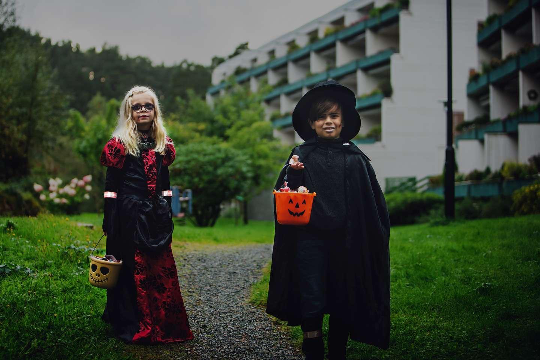 Barn med refleks ute på Halloween.jpg