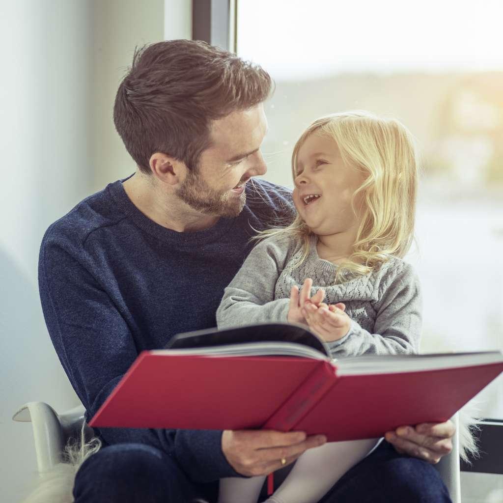 Far og datter leser bok
