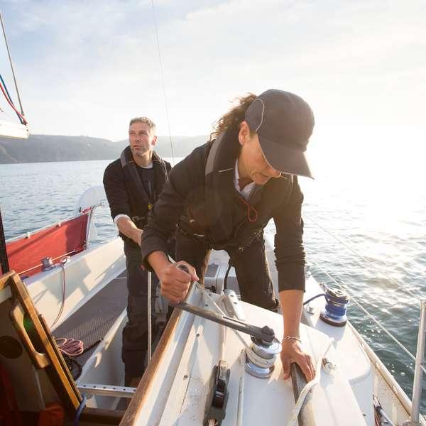 Kvinne og mann med båtforsikring i Frende setter seil