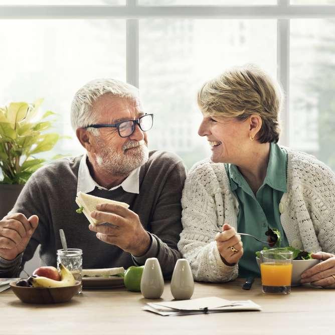 Pensjonistpar med individuell pensjonssparing (IPS) rundt frokostbordet
