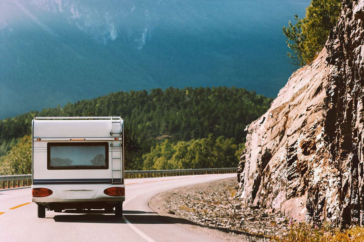 Campingvogn kjører langs veien