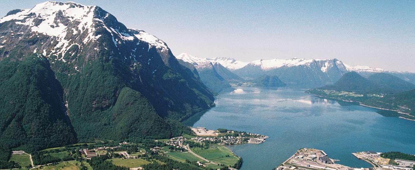 Fjord og fjell. Foto.