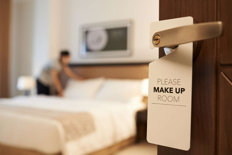 Ansatt rere opp sengen på hotellrom