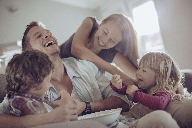 Familie som er forsikret i Frende leker inne