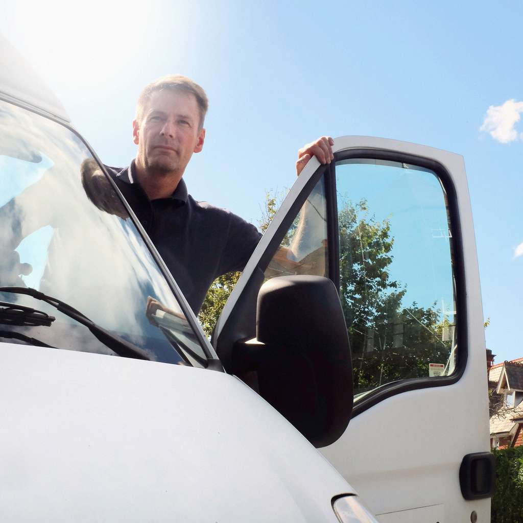 Mann i døren på firmabil forsikret i Frende