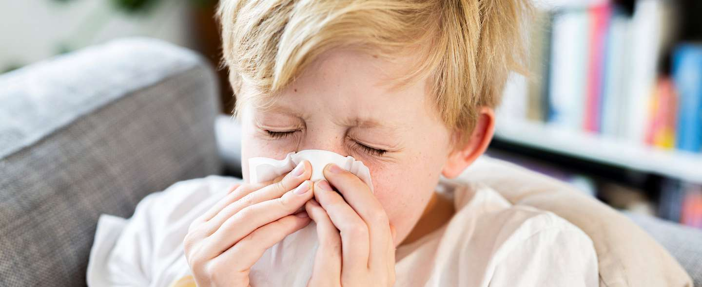Gutt med allergi som snyter nesen.jpg