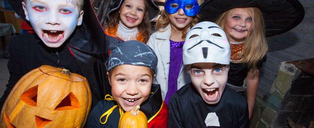 Utkledde barn på halloween