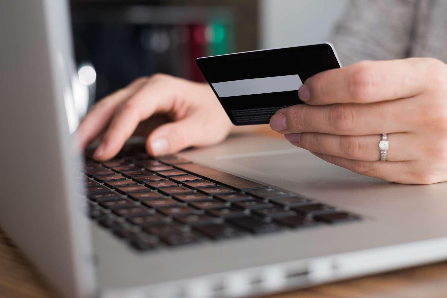 Med innboforsikring i Frende hjelper vi deg ved ID-tyveri - person med datamaskin og kredittkort