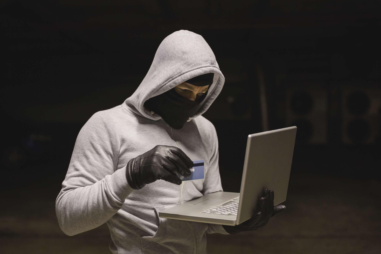 Illustrasjon av ID-tyv foran PC
