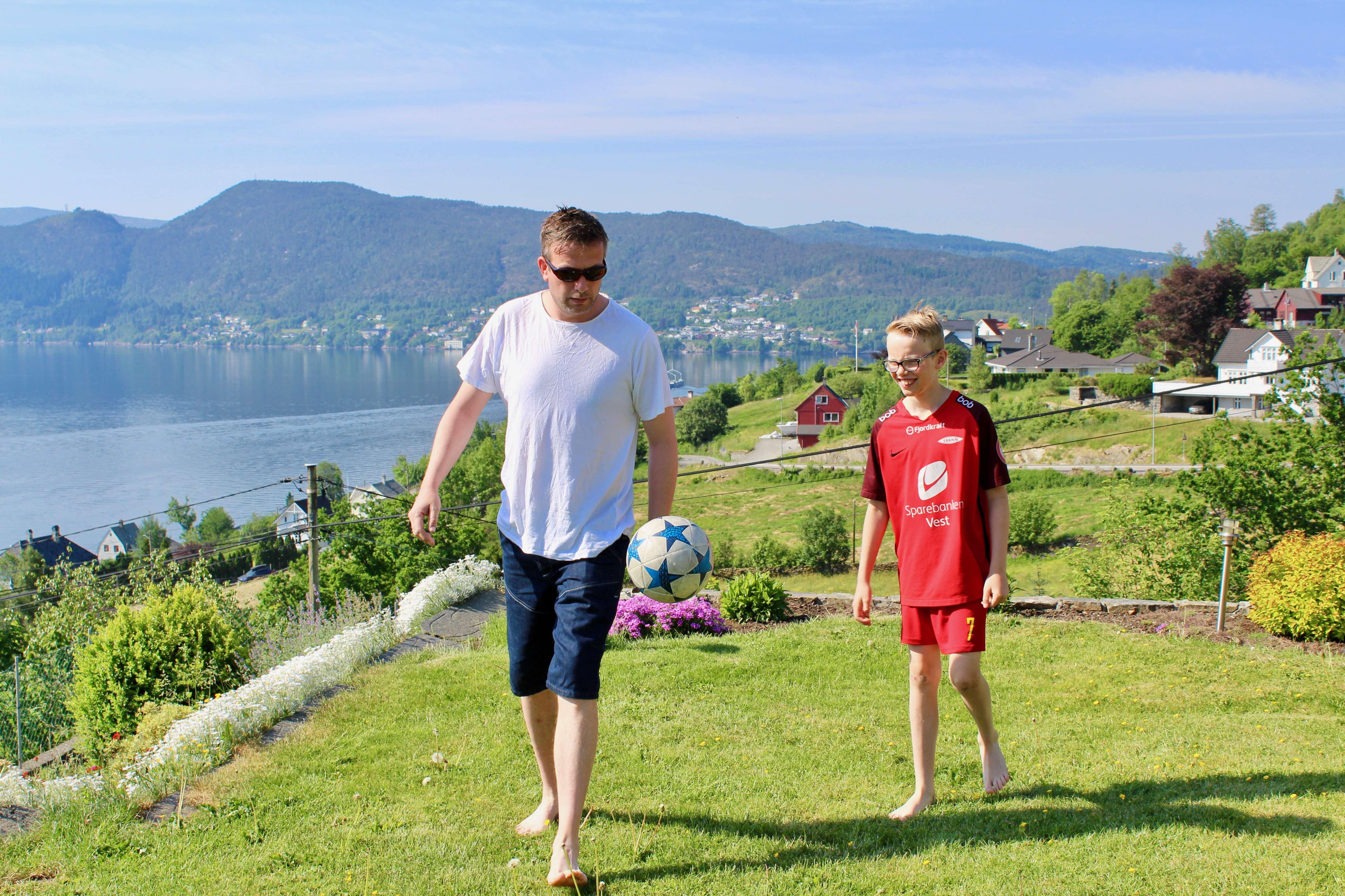 Elias og faren Stian spiller fotball i hagen
