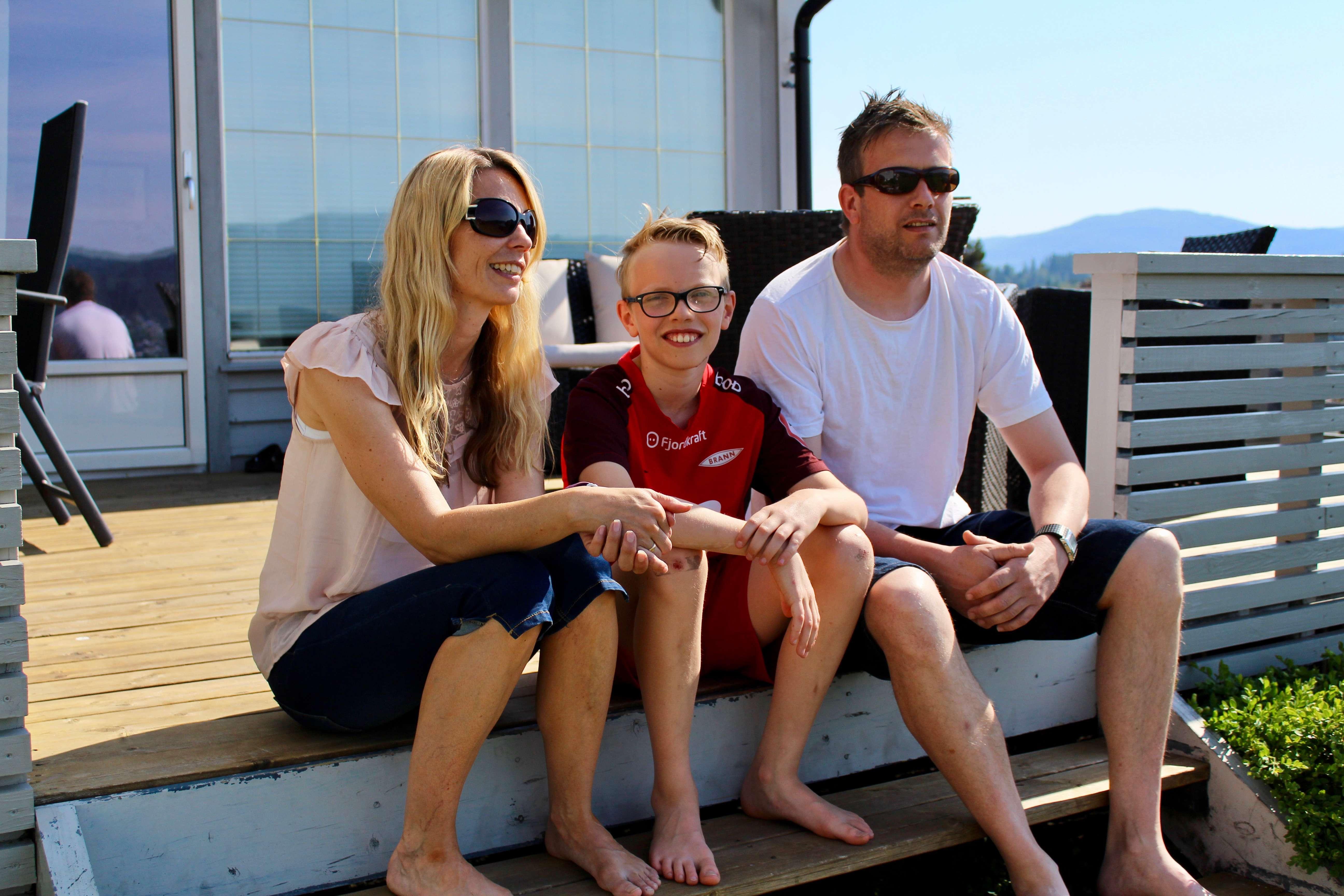 Elias sammen med foreldrene Rannveig og Stian hjemme på Osterøy