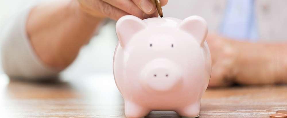 Dame putter penger på sparepris. Individuell pensjonssparing (IPS).