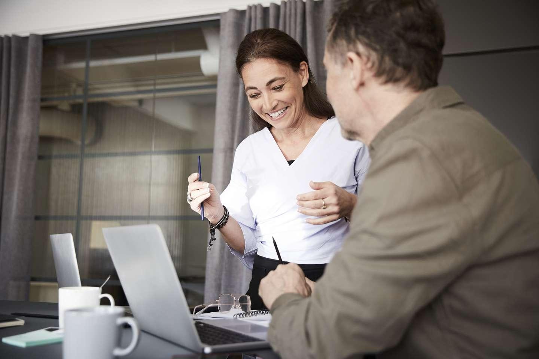 Dame forklarer pensjon til kunde