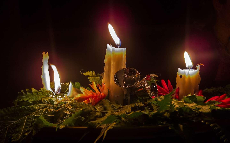 Levende lys i juledekorasjon