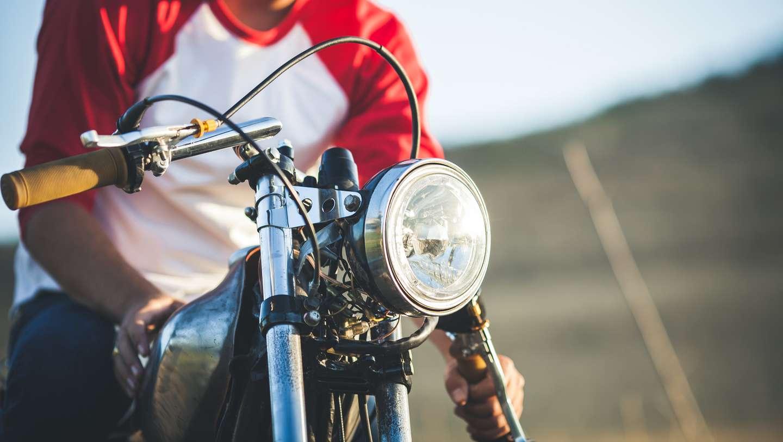 Mann med motorsykkel forsikret i Frende på tur i finværet