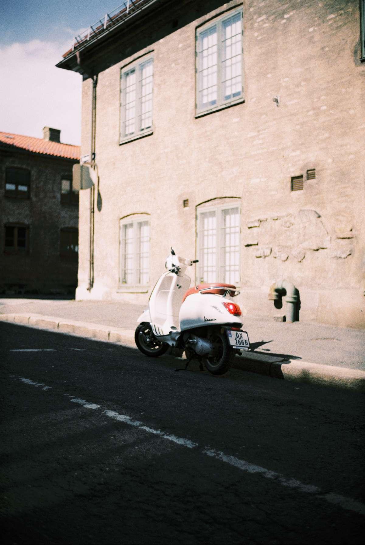 Moped som står parkert utenfor en bygning