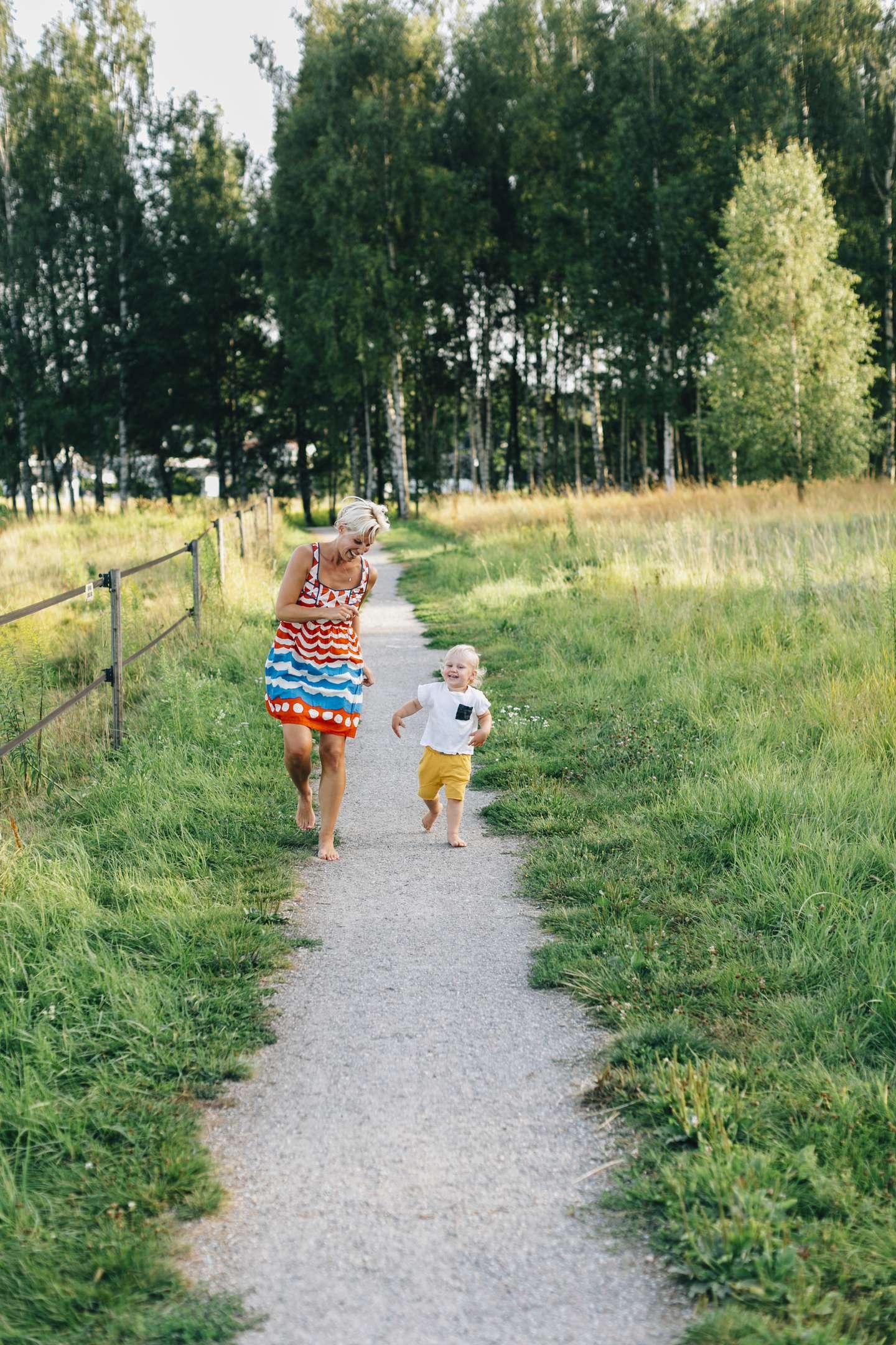Mor og barn løper på sti.jpg