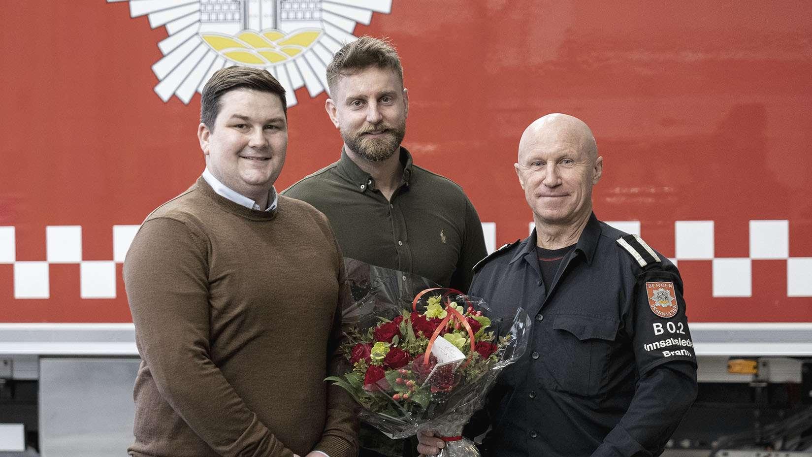 Øystein Øren og Kenneth Norevik overleverer blomster til Trond Totland