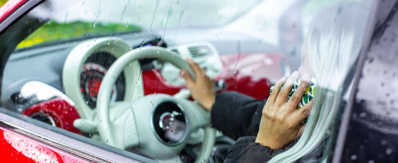 Person kjører bil og snakker i telefonen.jpg