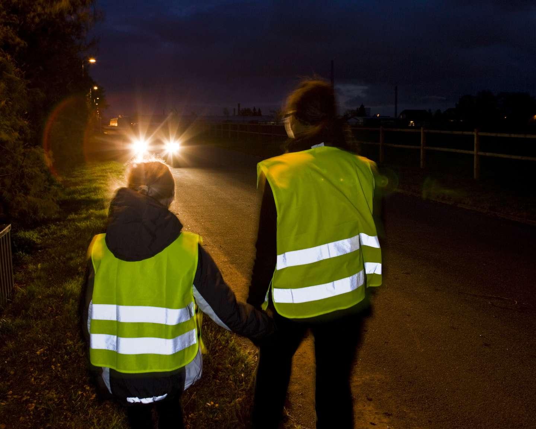 To mennesker med refleks blir sett av bil