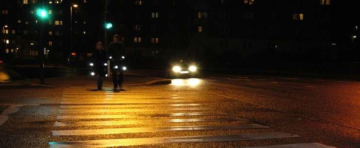 Personer med refleks krysser veien