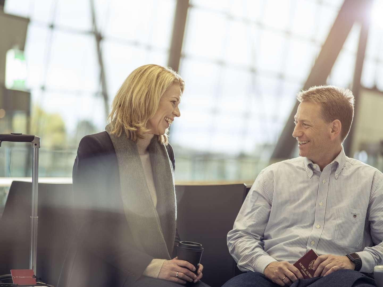 Kvinne og mann på flyplass