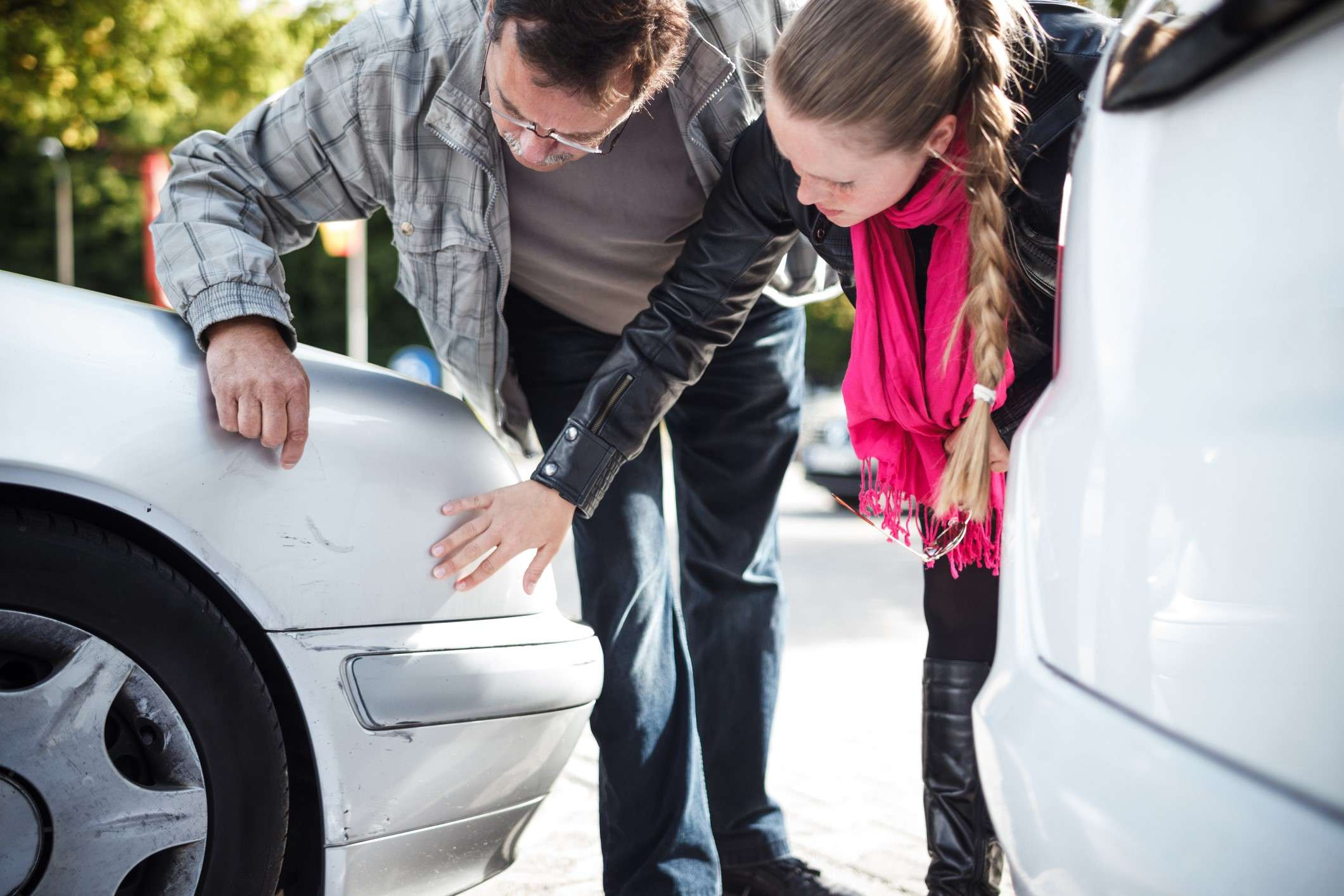 To personer ser på bilskade - bilforsikring i Frende