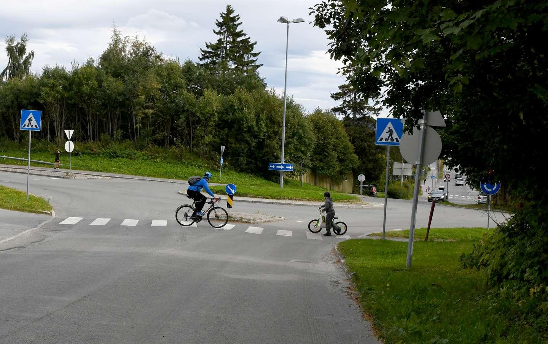 Syklister krysser veien