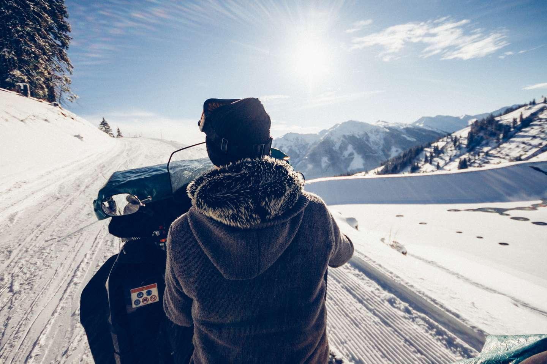 Person på snøscooter forsikret i Frende på en flott vinterdag
