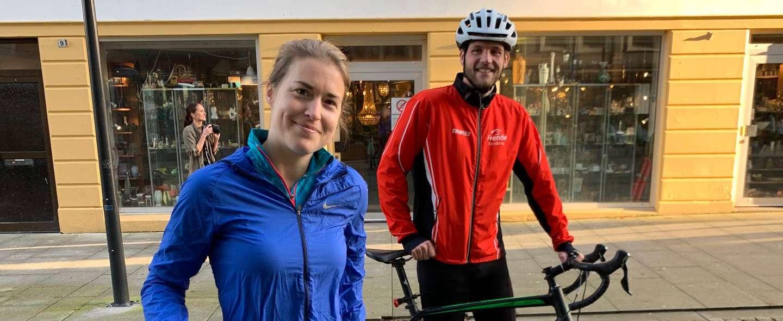 To ansatte med hver sin sykkel