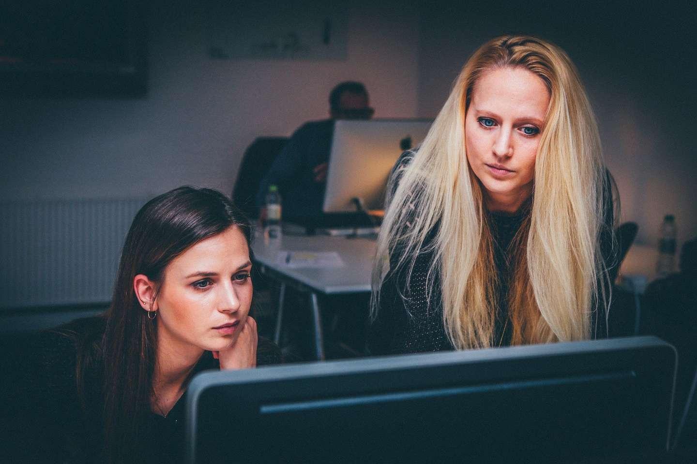 To kvinner foran PC