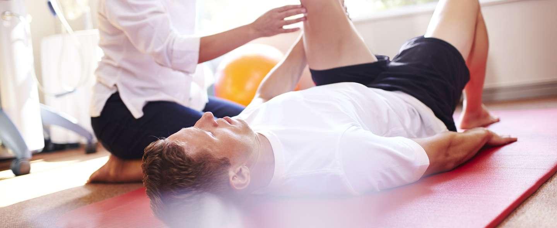 Person med ulykkesforsikring i Frende driver gjenopptrening hos fysioterapeut