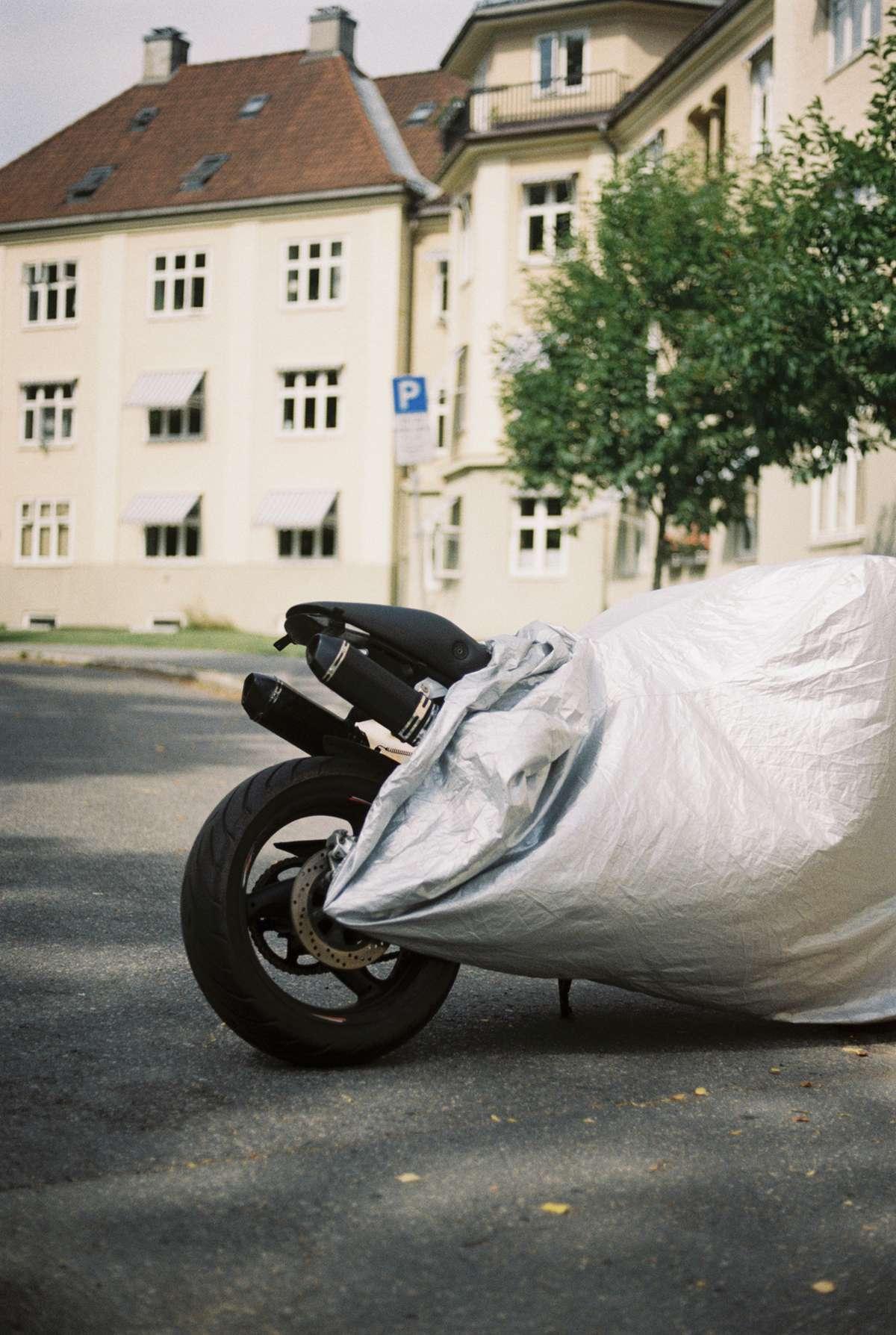Motorsykkel uten registreringsnummer. Foto.
