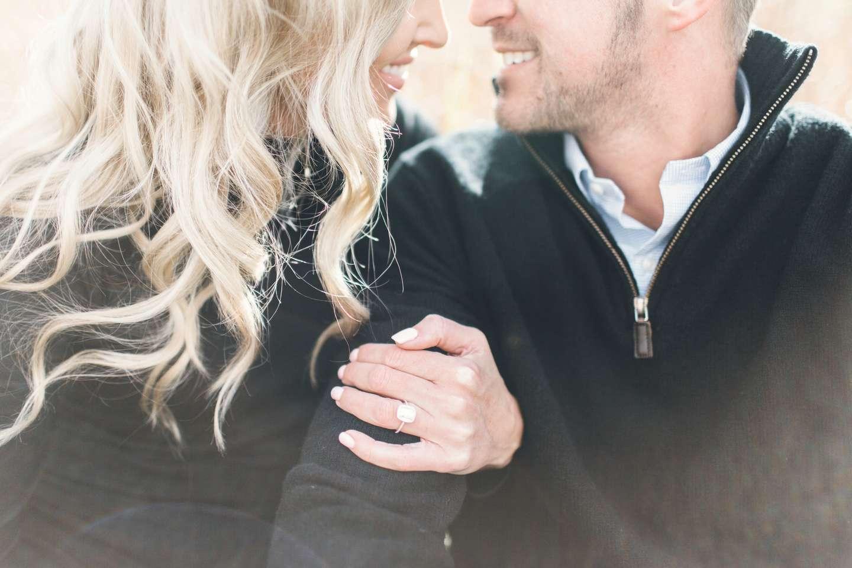 Kvinne med diamantring på fingeren sammen med sin kjære - verdigjenstandsforsikringen i Frende er god å ha