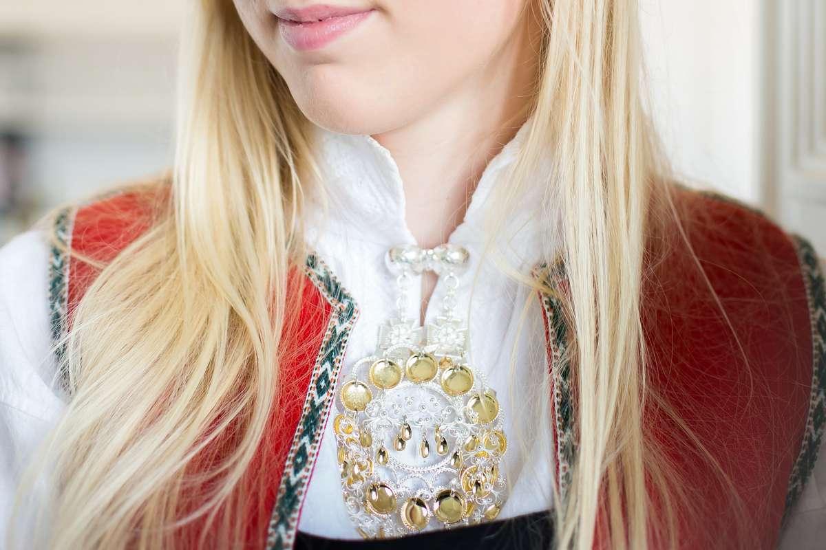 Jente med bunad forsikret som verdigjenstand i Frende