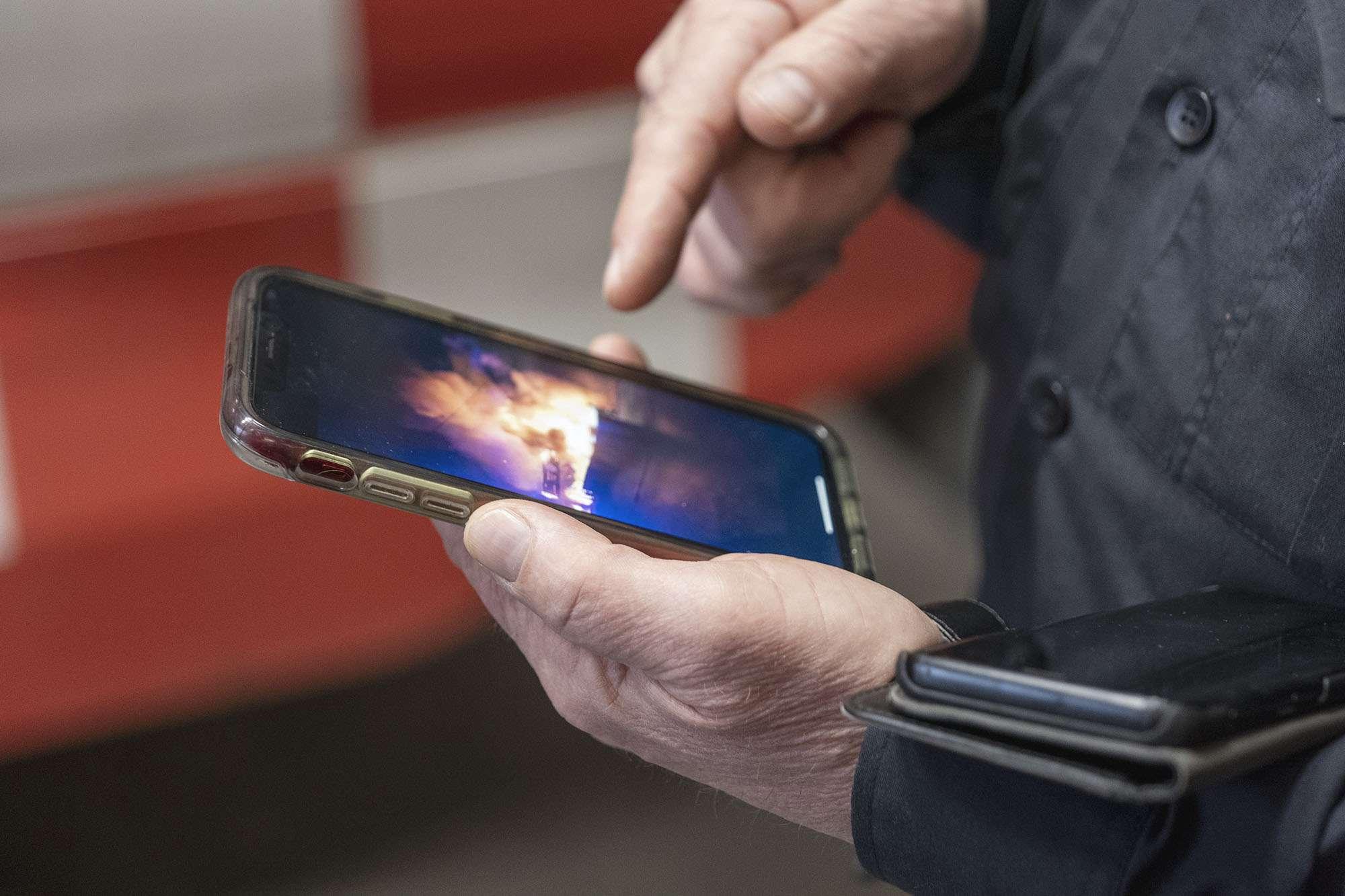 Viser mobilvideo med brann i huset