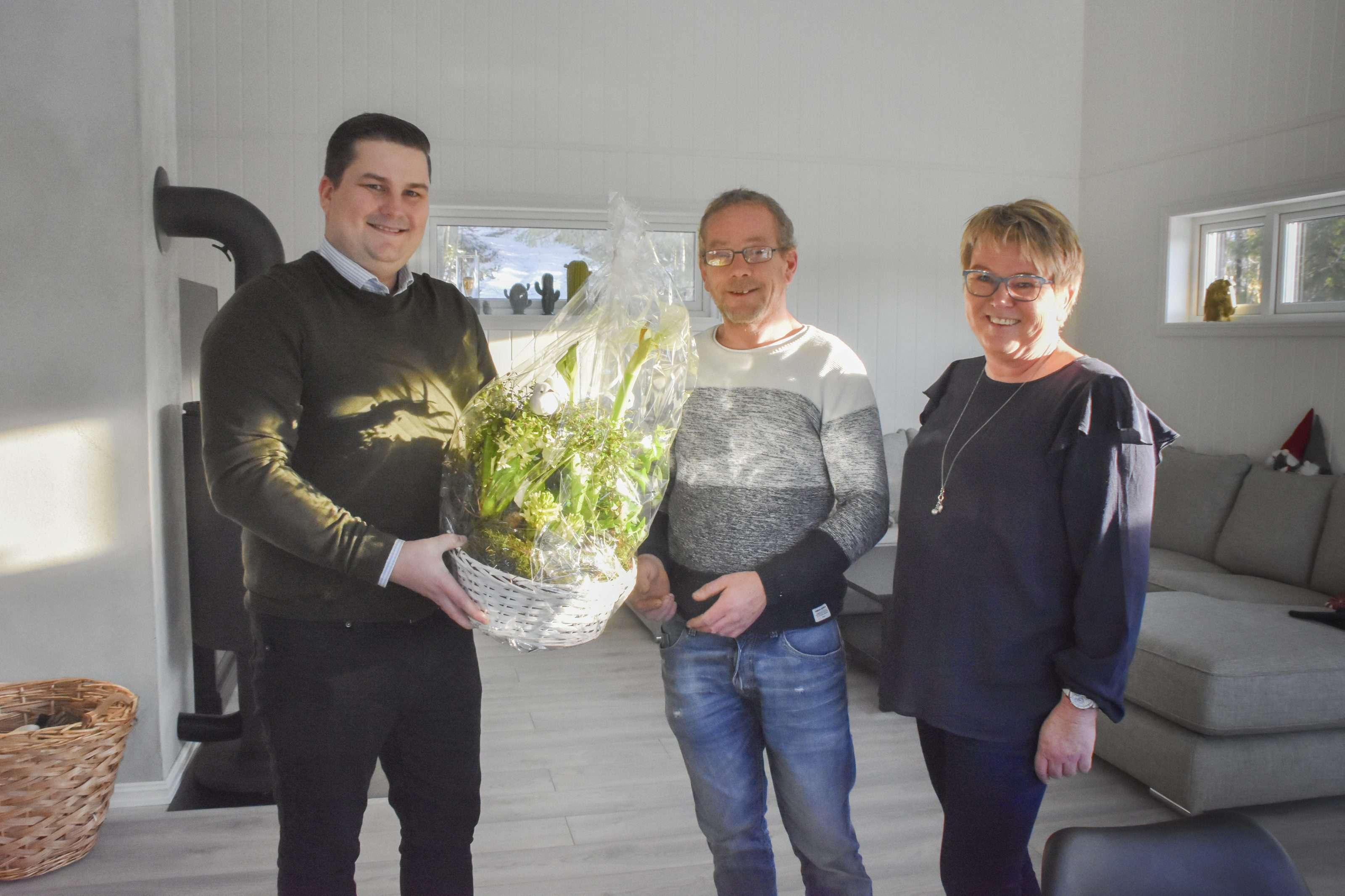 Rune Torp får blomster i sitt nye hus