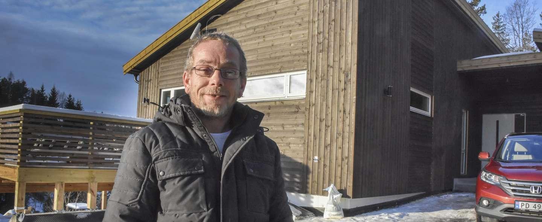 Rune Torp utenfor sitt nye hus