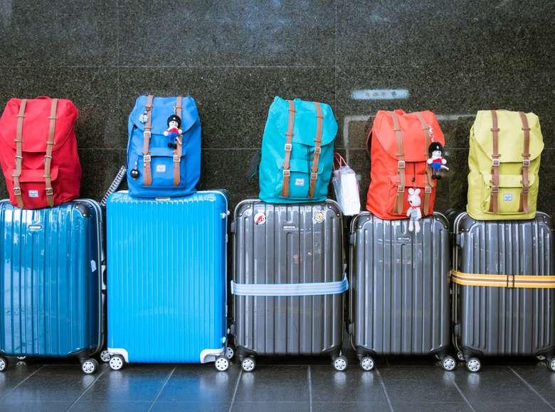 Kofferter og ryggsekker på rekke