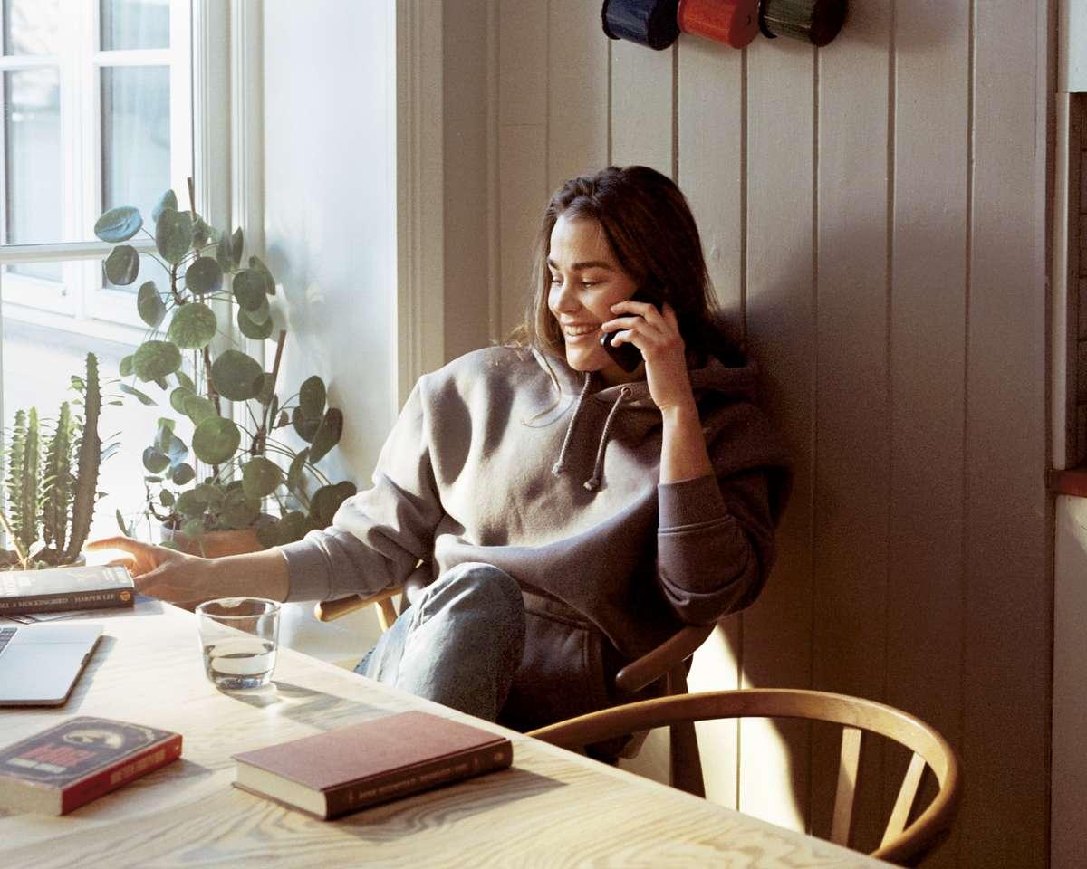 Kvinne snakker i telefonen. Foto.
