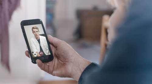 Person snakker med lege på video på mobilen