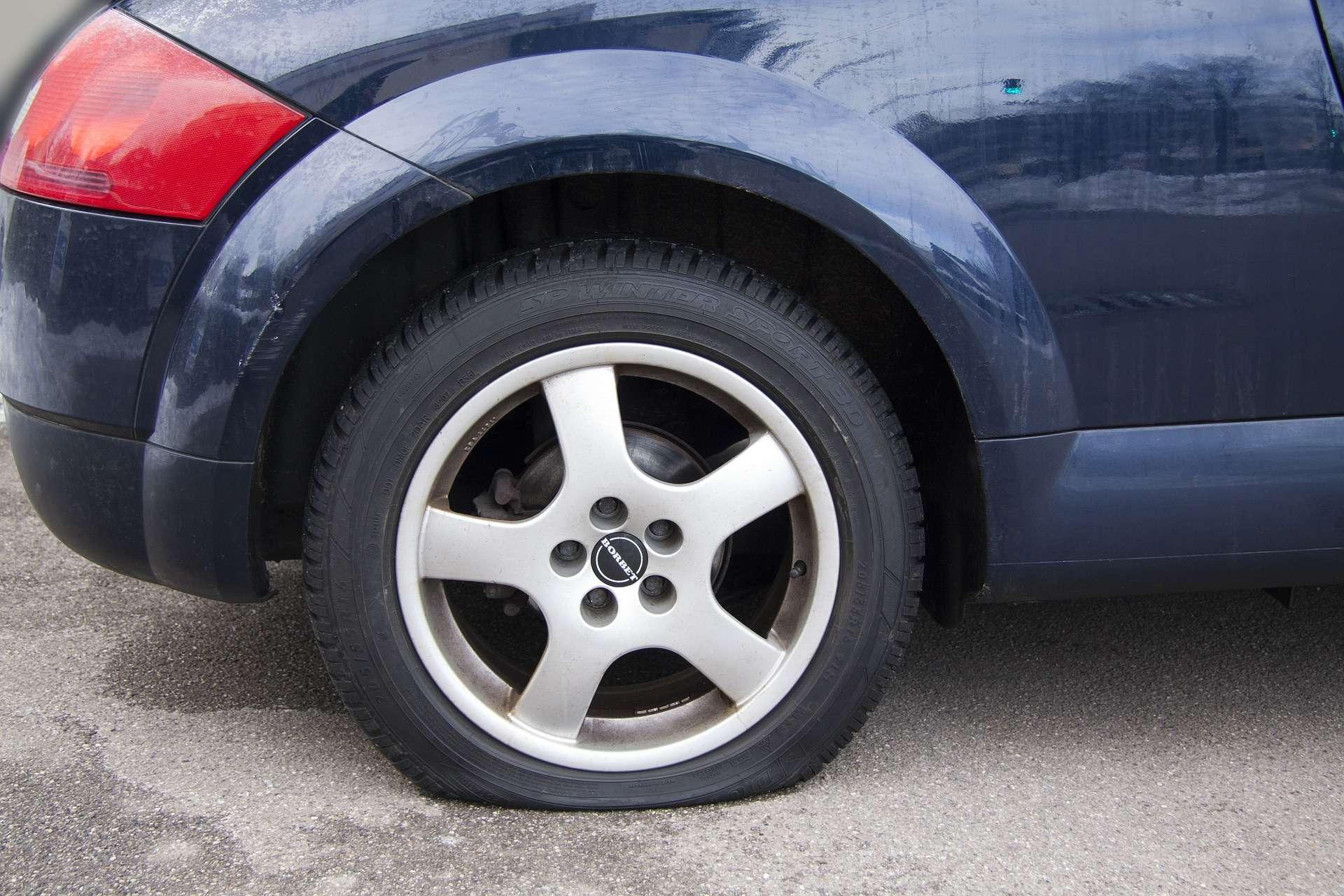 Bil med punktert dekk