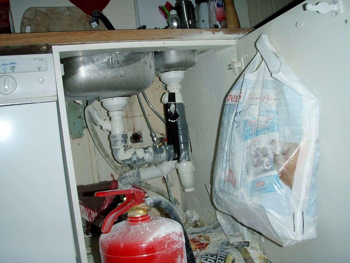 Slukkepulver utover kjøkkenskap