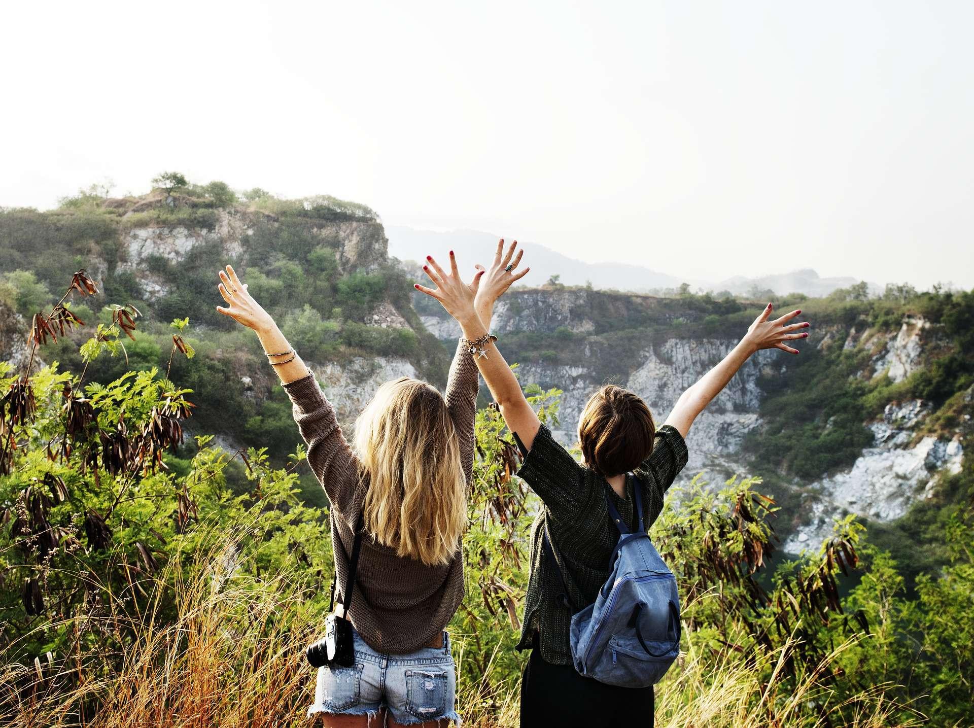Ungdom på reise med flott utsikt