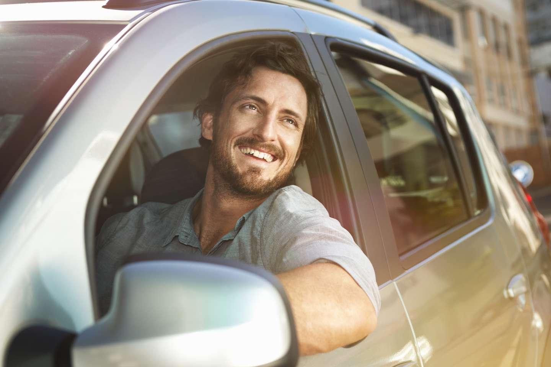 Mann med bilforsikring i Frende på kjøretur