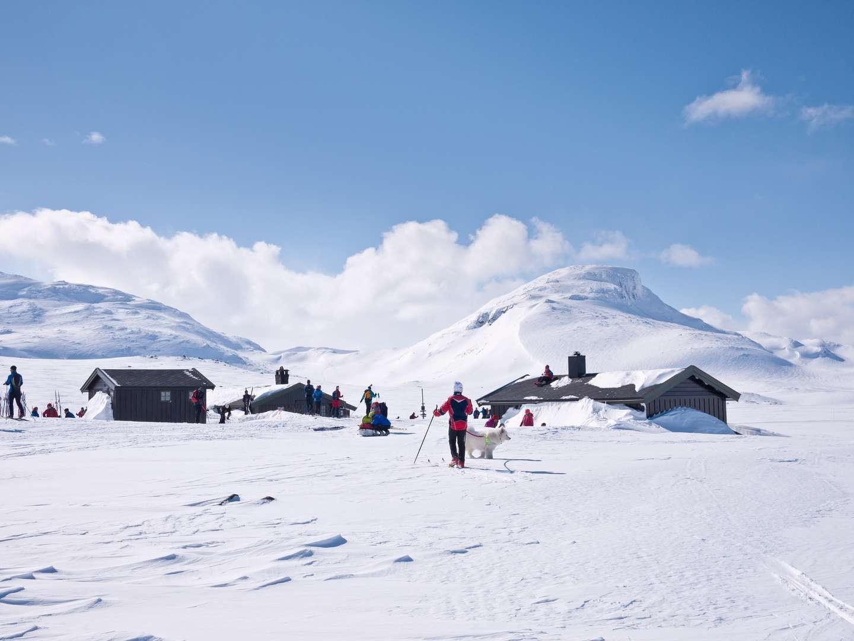 Skigåere og hytter på fjellet